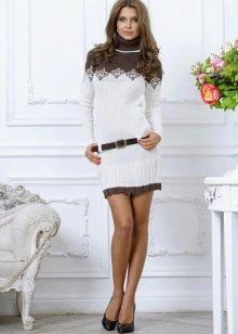 Зимнее белое платье-гольф