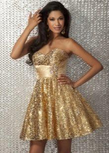 Платье без бретелей в золотом цвете