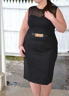 Черное платье-футляр без рукавов средней длины для полных женщин
