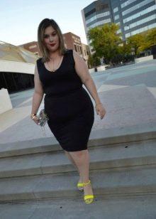 Черное платье-футляр для полных девушек в сочетание с желтыми сандалиями