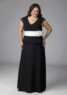 Черное длинное платье с белым поясом для полных