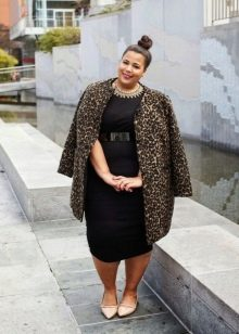 Черное платье для полных в сочетание с леопардовым пальто и бежевыми лодочками