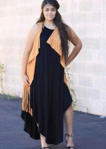 Черное платье для полных в сочетание с яркой жилеткой