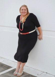 Черное платье для полных с контрастными аксессуарами