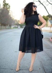 Черное платье для полных с бежевыми туфлями