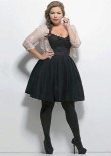 Черное платье для полных с черными туфлями