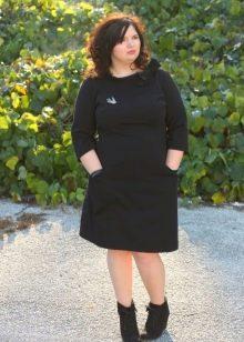 Черное теплое платье средней длины для полных