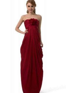 Длинное платье с драпировкой на животе