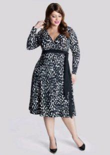 Платье из плотной ткани правильного фасона корректирующего фигуру