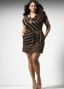 Рисунок на платье визуально уменьшающий объемы фигуры