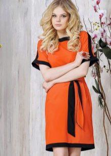 Оранжевое платье для блондинки с зелеными глазами