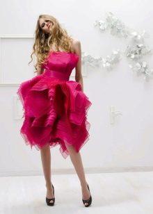 Темно-розовое платье для блондинки с темными глазами
