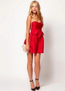 Короткое красное платье для блондинки