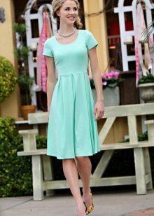 Платье мятного цвета для блондинки