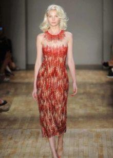 Короткое красное платье для блондинки с холодным цветом волос