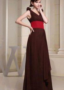 Коричневое платье с красным поясом