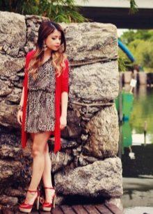 Коричневое леопардовое платье с красным кардиганом