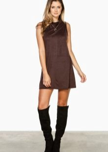 Замшевое коричневое платье