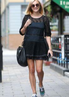 Кеды с коротким черным платьем для беременных