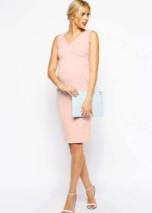 Обтягивающее нежно-розовое платье для беременных