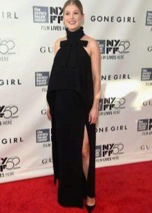 Красивое черное длинное платье с разрезом для беременной девушки