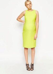 Прямое платье средней длины желтого цвета для беременных