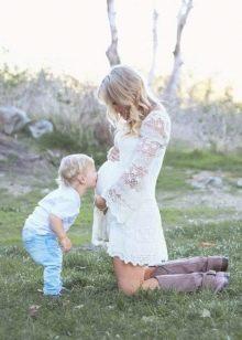 Белое платье для фотосессии беременной - сын целует животик