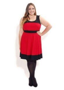 Красное платье с черной оконтовкой на горловине и снизу юбки для полных женщин