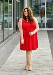 Красное платье для полных русых женщин со светлой кожей