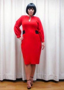 Полуоблегающее красное платье-футляр средней длины для полных женщин