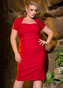 Полуолегающее красное платье для полных женщин
