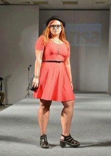 Модные платья для полных женщин невысокого роста и подходящая обувь