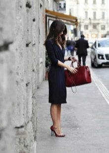 Красная сумка к темному офисному платью