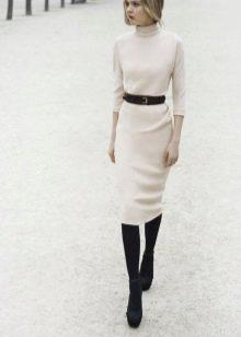 Белое платье офисное с черным ремнем, черными колготками и туфлями