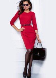 Красное офисное платье с черными туфлями
