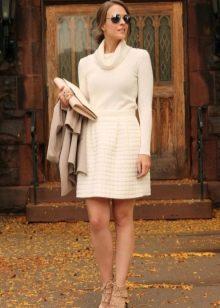 Теплое офисное платье молочного цвета