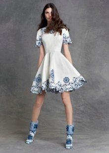 Платье с голубой вышивкой
