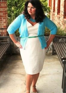 Белое платье-футляр для полных с широкими плечами