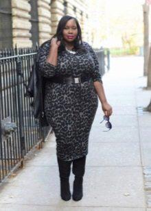 Леопардовое платье-футляр для полных женщин с широкими плечами