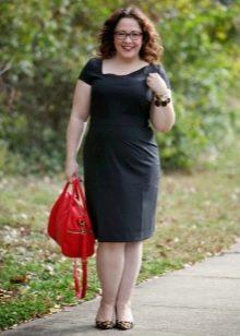 Платье-футляр черного цвета простого кроя средней длины для полных