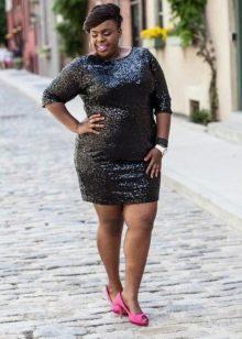 Блестящее платье-футляр для полных