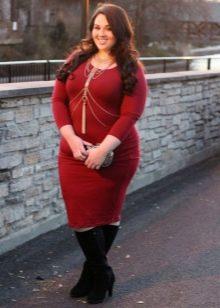 Теплое платье-футляр винного цвета для полных