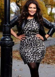 Леопардовое платье-футляр для полных в сочетание с кожаной курткой