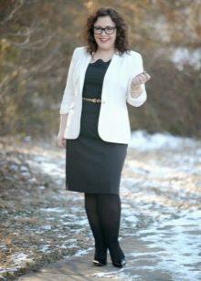 Черное платье-футляр для полных в сочетание с белым жакетом