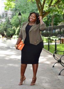 Черное платье-футляр для полных женщин в сочетание с жакетом цвета хаки