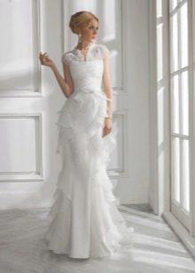 Прямое свадебное платье с оборками из органзы