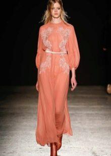 Персиковое платье средней длины