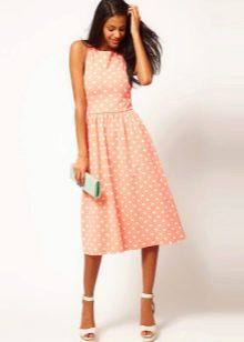 Персиковое платье в горошек