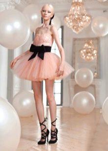 Персиковое платье пачка с черным поясом