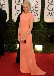 Персиковое платье для загорелой кожи